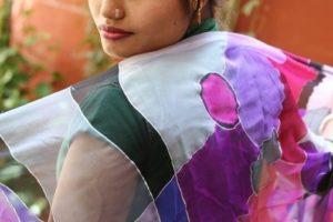 Pañuelo de seda rosa pintados a mano en la ONG Semilla para el Cambio