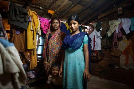 familia de la comunidad beneficiaria en su hogar en Varanasi, India
