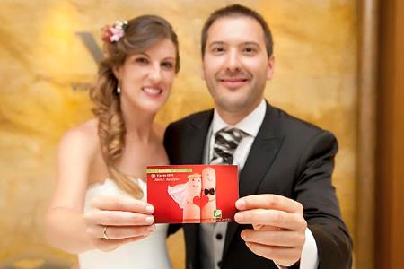 Novios solidarios con tarjetas detalle de la ONG Semilla para el Cambio para los invitados de su boda