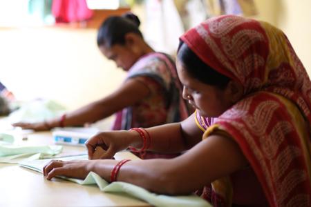 mujeres artesanas en el taller de corte y confección