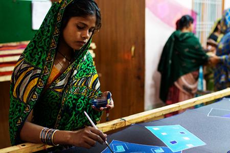 RajinaShekh pintando un pañuelo MarinaSilk