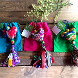 Colgante con forma de corazón de tela india artesanal y solidario