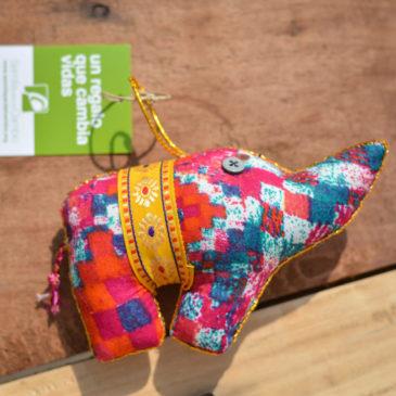 Colgante con forma de elefante de tela india artesanal y solidario