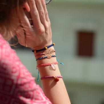 Pulsera macramé con detalle de flor, regalo solidario de la ONG Semilla para el Cambio