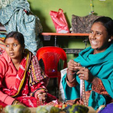 Mujeres en el taller de artesanía