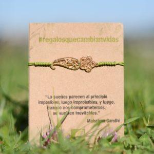 Pulsera macramé con flor de ameba, regalo solidario de la ONG Semilla para el Cambio