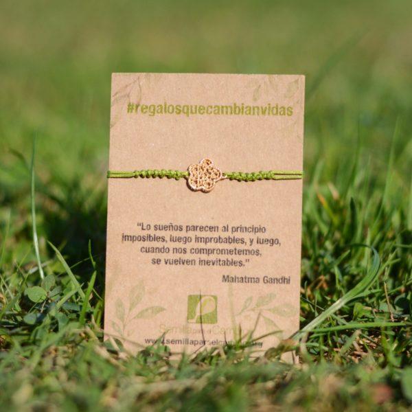 Pulsera verde macramé con detalle de flor, regalo solidario de la ONG Semilla para el Cambio