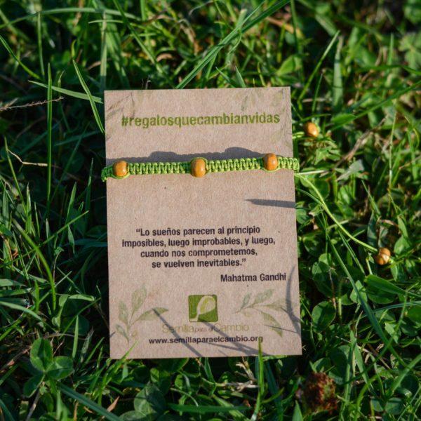 Pulsera verde con bolas de madera regalo solidario para hombres.