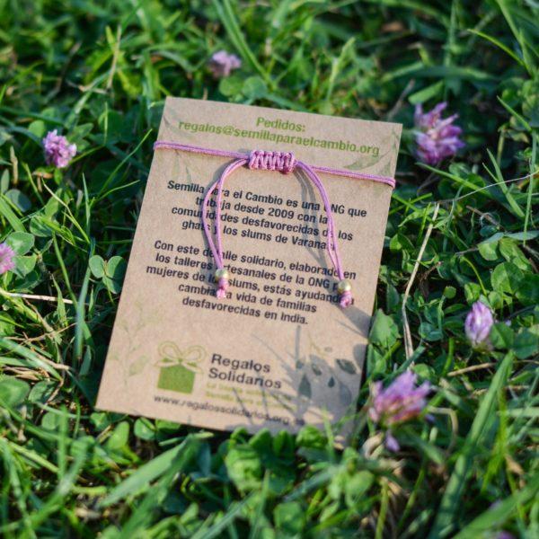 Pulsera macramé lila con detalle de flor, regalo solidario de la ONG Semilla para el Cambio