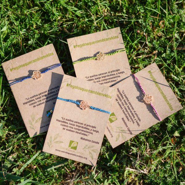 Pulseras macramé con detalle de flor, regalo solidario de la ONG Semilla para el Cambio